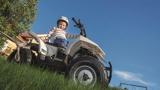 Alfred Johansson tycker om att åka fyrhjuling och att leka med sina bilar.