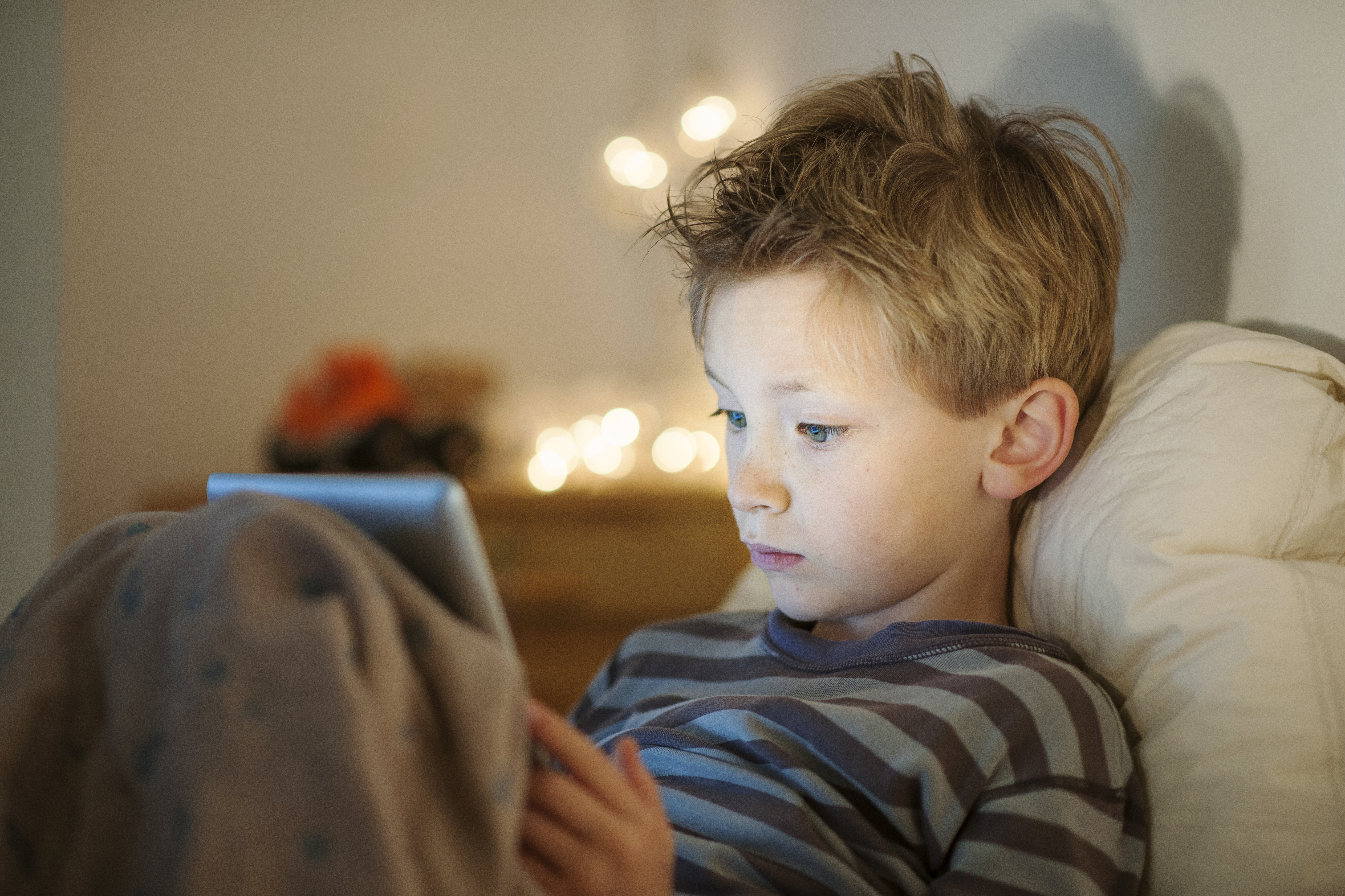 Tiden som barn spenderar framför en skärm påverkar direkt ögonens utveckling menar forskarna.