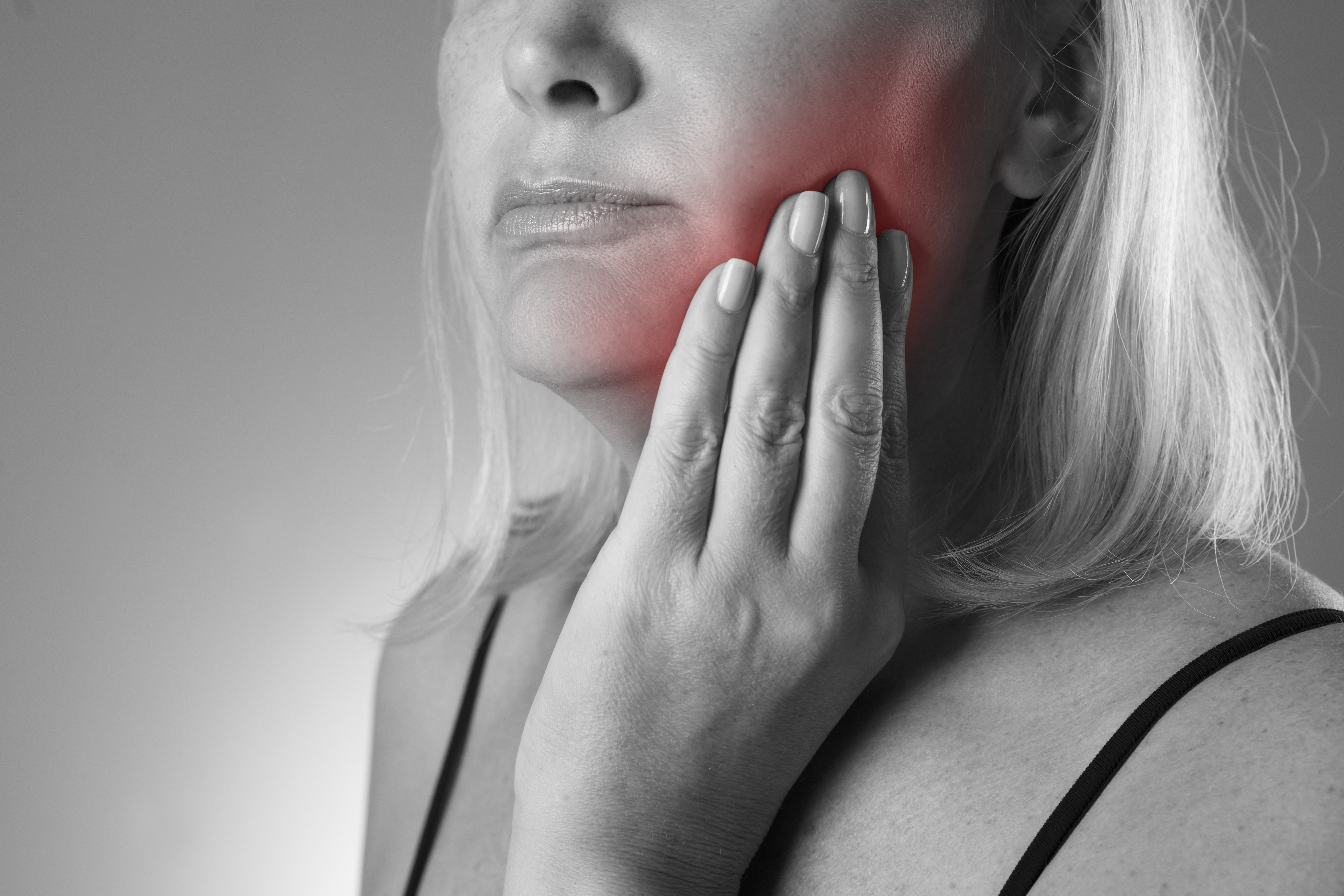 Svullenhet och ömhet i eller kring munhålan är ett typiskt symtom på spottkörtelsten.
