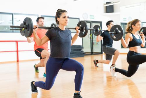 Träningsvärk uppstår när man överbelastar muskler i kroppen, t ex genom att göra nya övningar eller att öka belastningen.