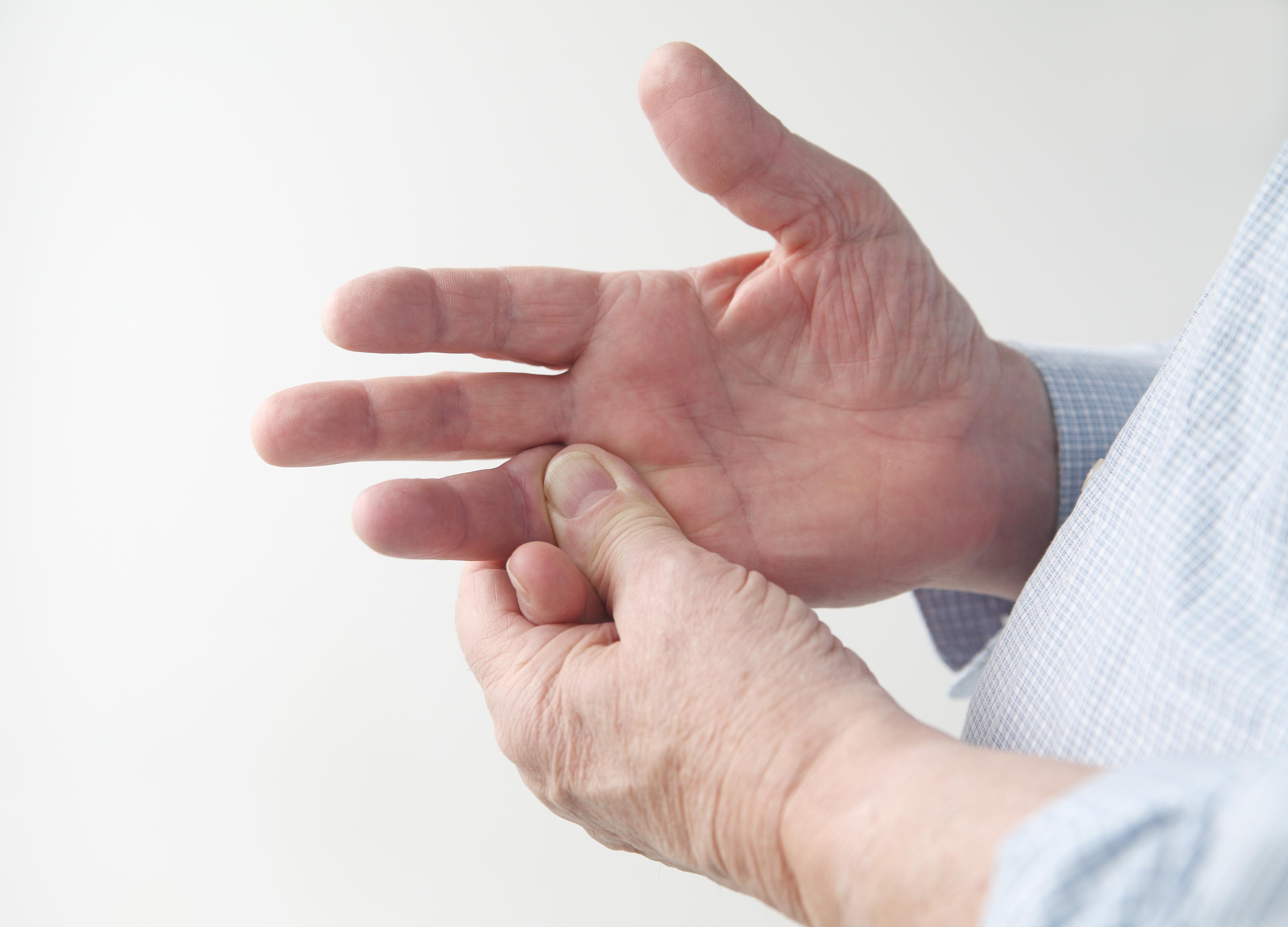 Att ett finger låser sig kan vara både smärtsamt och obehagligt.