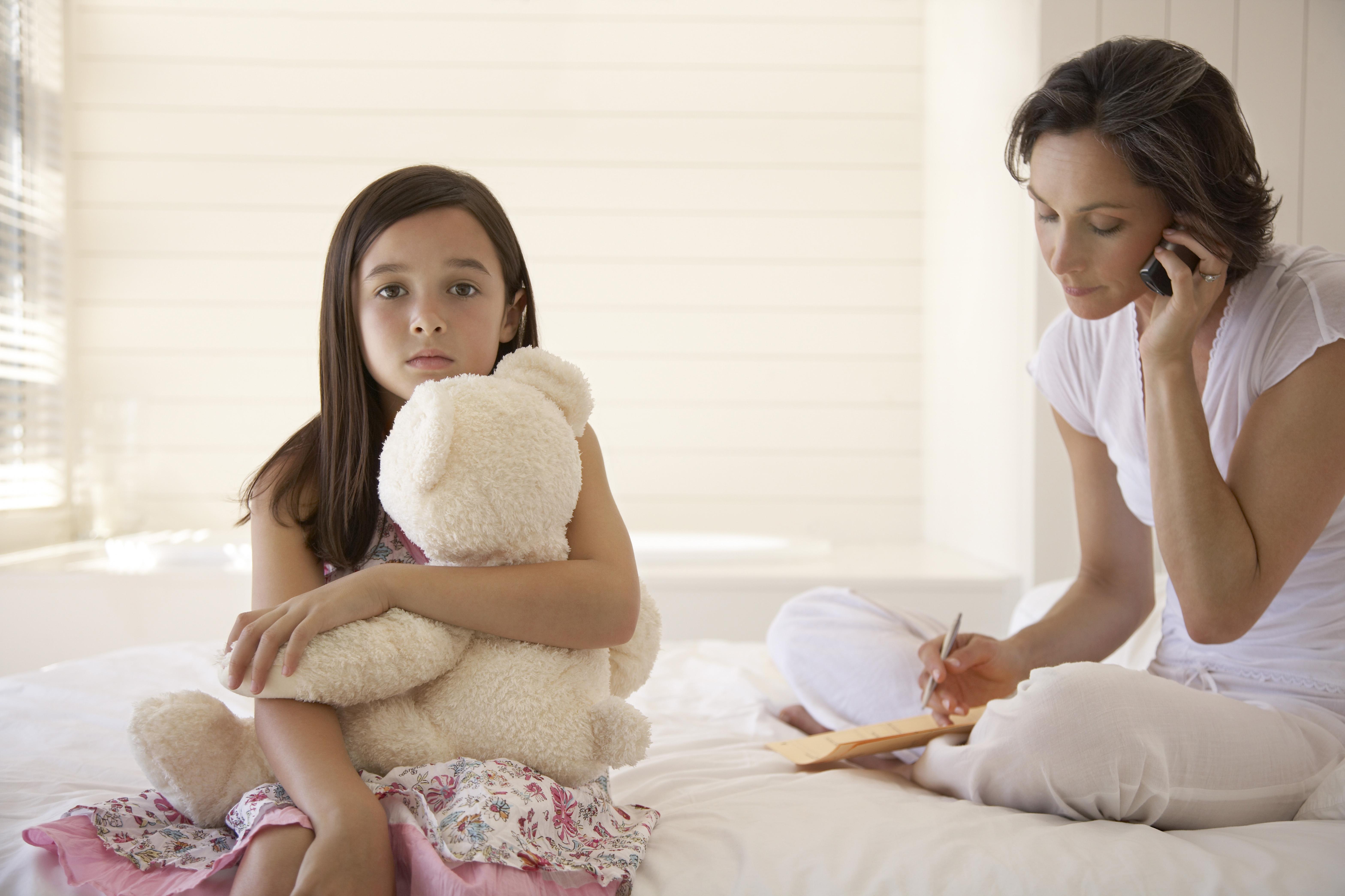 2 av 5 föräldrar uppger att den ständiga tillgängligheten i mobilen gör att de spenderar mindre tid med sina barn