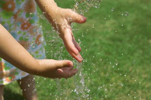 Vid misstanke om värmeslag, kyl av kroppen genom att stänka eller hälla vatten på den drabbade.