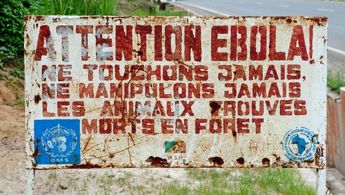 Skylt i Kongo som varnar besökare att området är drabbat av ebola. Foto: Sergey Uryadnikov/Shutterstock